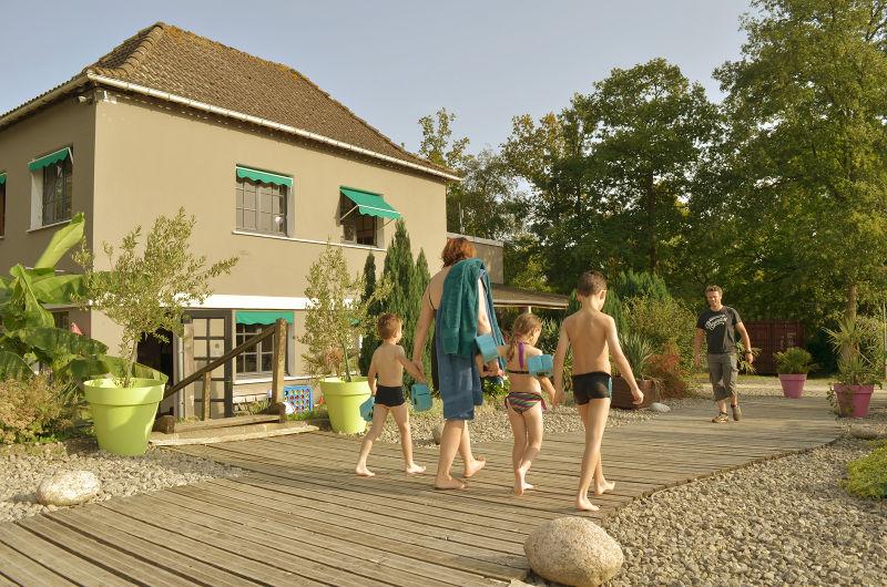 photo famille en route pour la piscine