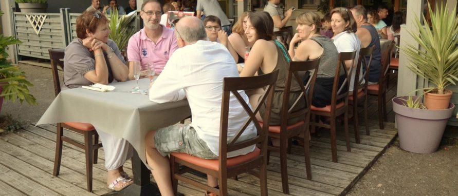 Photo clients à table en terrasse du restaurant
